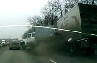Водитель фуры устроил аварию.